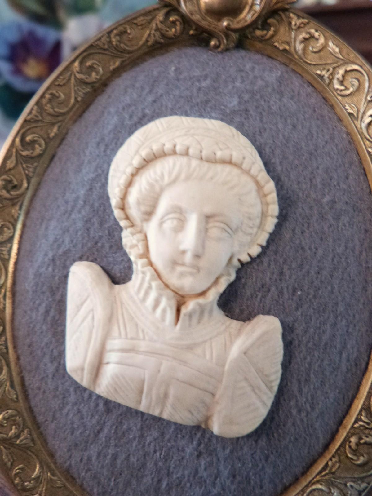 Médaillon En Os, Buste Femme à La Manière Du XVII ème