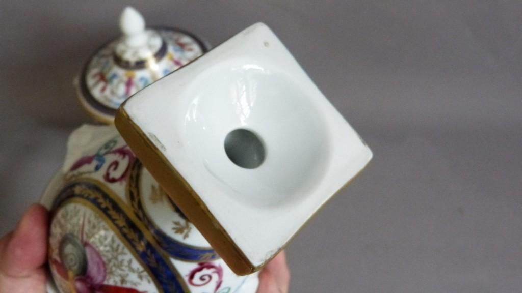 Paire De Cassolettes Peintes à La Main, Porcelaine, Aux Attributs Guerriers