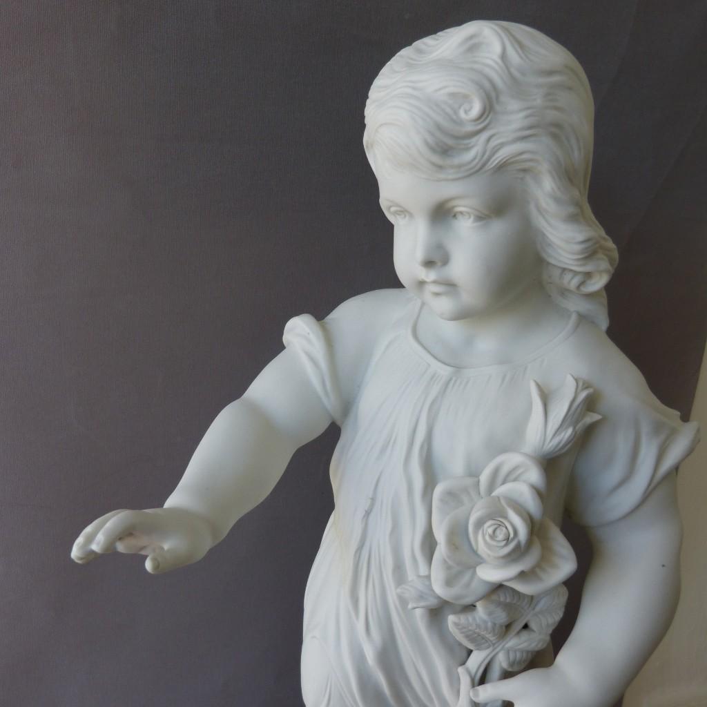 H 56 cm, Sculpture En Biscuit, l'Enfant à La Rose, époque Début XX ème