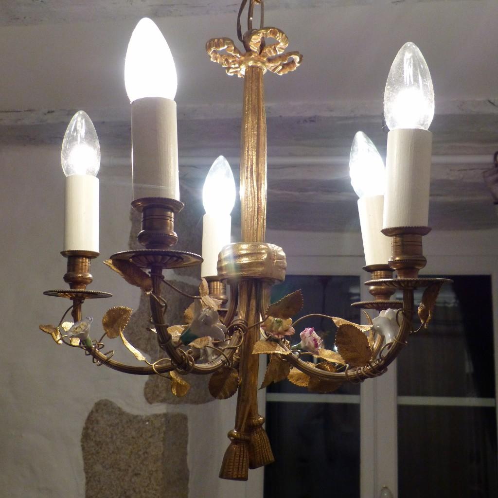Lustre Style Louis XVI En Bronze, Feuilles En Laiton Et Fleurs Porcelaine