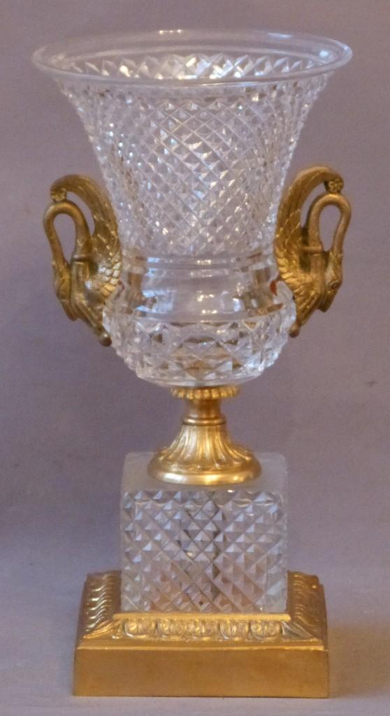 Vase Médicis Style Charles X, Cristal Taillé Diamant Et Bronze Aux Cygnes. Epoque Début XX ème