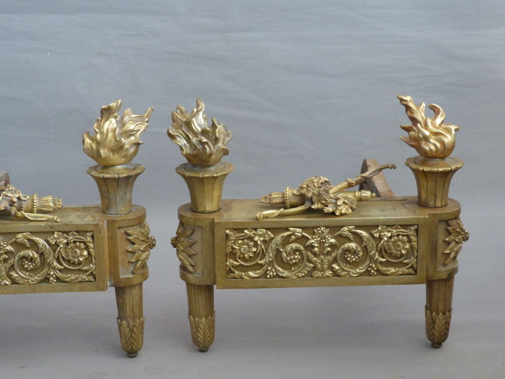 Paire De Chenets Aux Carquois Et Arcs, En Bronze, époque Louis XVI, Fin XVIII ème Siècle