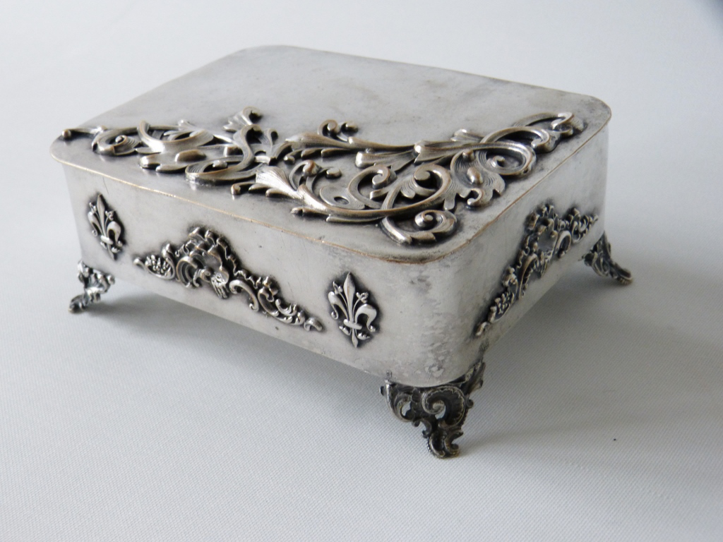Boîte En Métal Argenté, Feuilles d'Acanthe Et Fleurs De Lys, époque XIX ème
