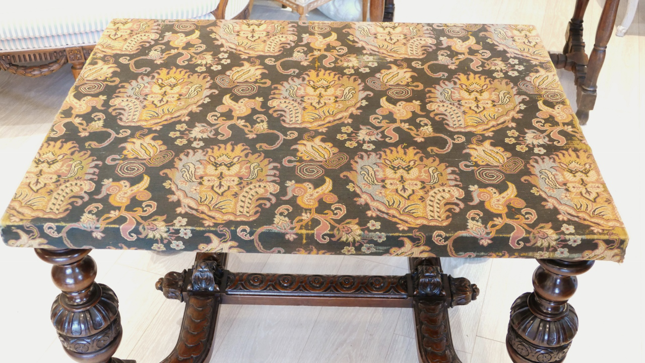 Table De Milieu Ou De Présentation Style Renaissance, Noyer Et Tapisserie, époque XIX ème