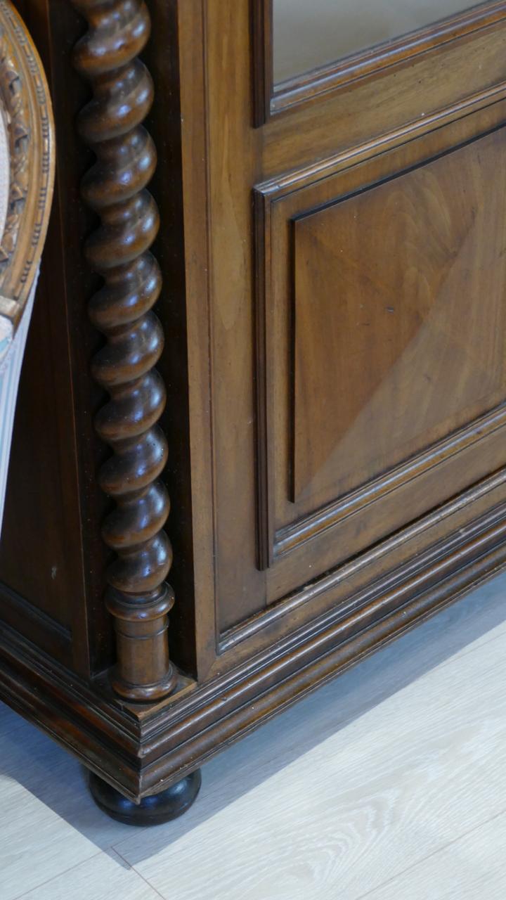 Bibliothèque Vitrine à Colonnes Torsadées, Noyer Massif, Style Renaissance