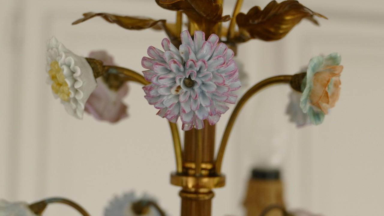 Signé Maison Charles, Lustre En Laiton Doré Et Fleurs De Porcelaine, Style Louis XVI