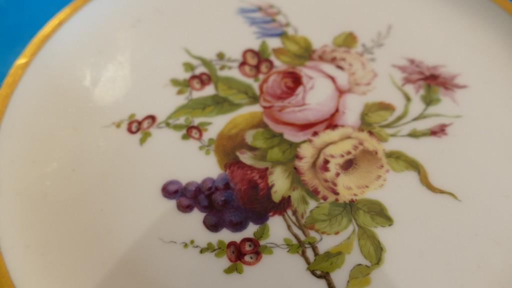 Assiette XVIII ème En Porcelaine De Sèvres Au Bouquet De Fleurs, Lettre Date H Pour 1760