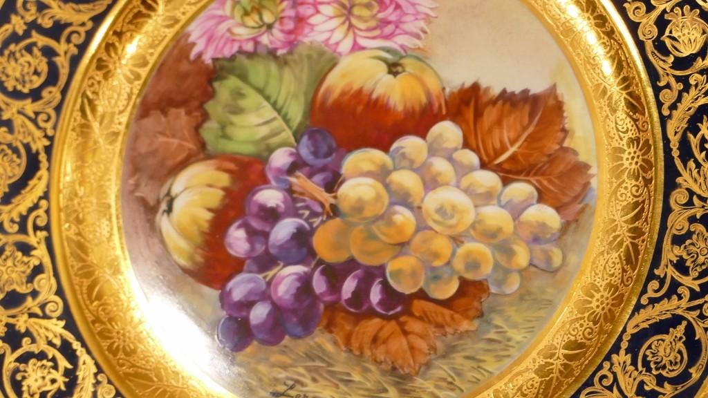 Duo d'Assiettes Décoratives En Porcelaine Peinte à La Main De Fleurs Et Fruits, Incrustation Or