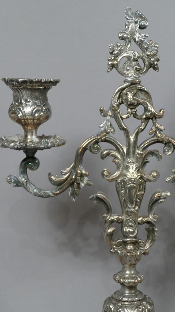 Paire De Chandeliers à Deux Bras De Lumière Style Regence, Métal Argenté